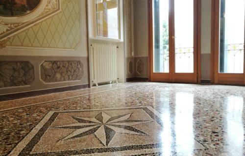 aspetto definitivo della pavimentazione restaurata dopo l'asportazione dell'olio rimasto in superficie, e la lucidatura con panni di Juta